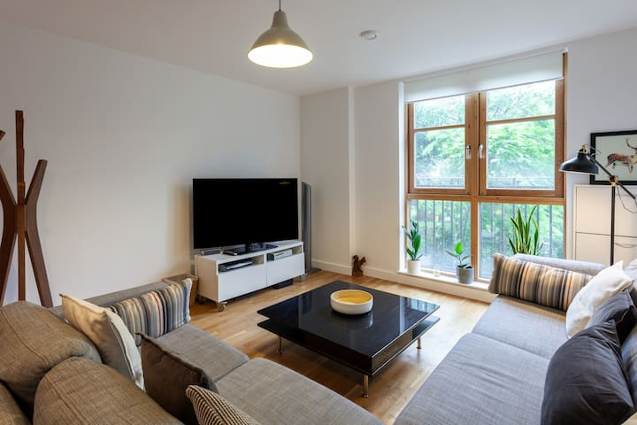 Lovely 2 bed, 2 bathroom flat - 5 mins from tube