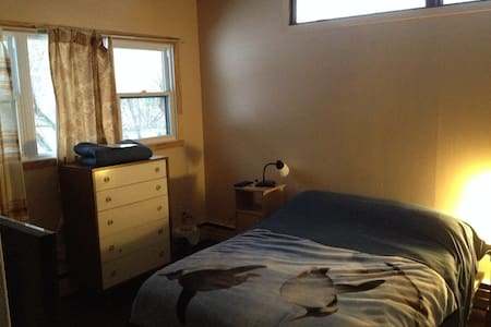 Nice Room with Queen bed and big windows. - Cowansville