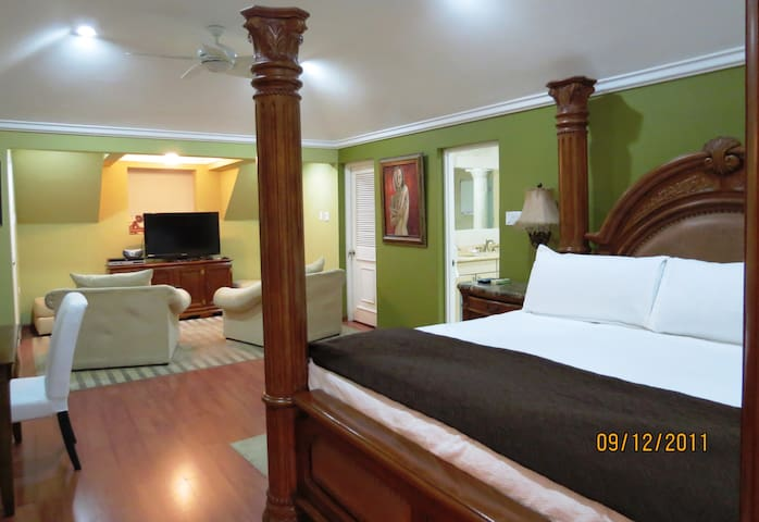 Oceanfront Luxury 3 BR condo with Cook & Seaview - Ocho Rios