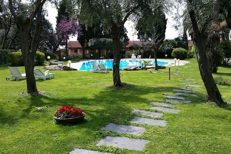 Loft ultrarifinito + swimming pool - 제노아
