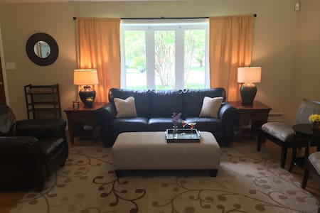 Beautifully Furnished Home- Minutes to Downtown DC - Ház