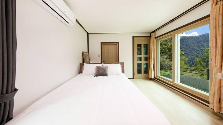 화이트톤의 인테리어로 편안한 휴식이 가능한 엄나무 객실