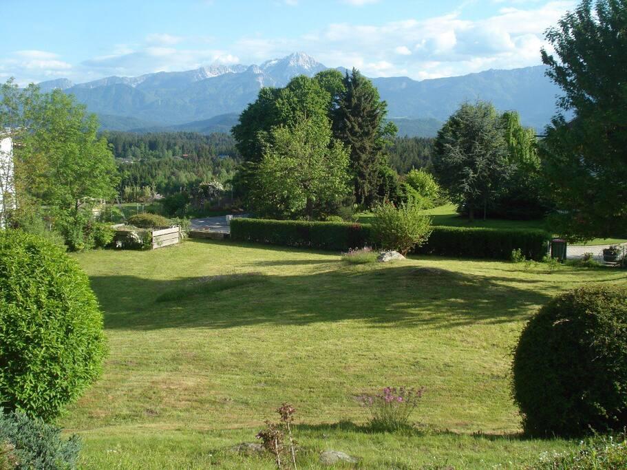 Garten mit Karawanken im Hintergrund