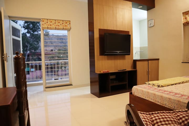 Private room facing Aravali, Near Shops & eateries