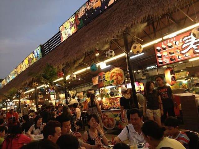 the gigantic food court in 8 mins walk