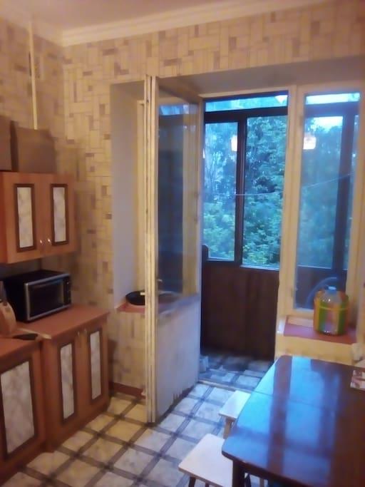 В кухне выход на балкон