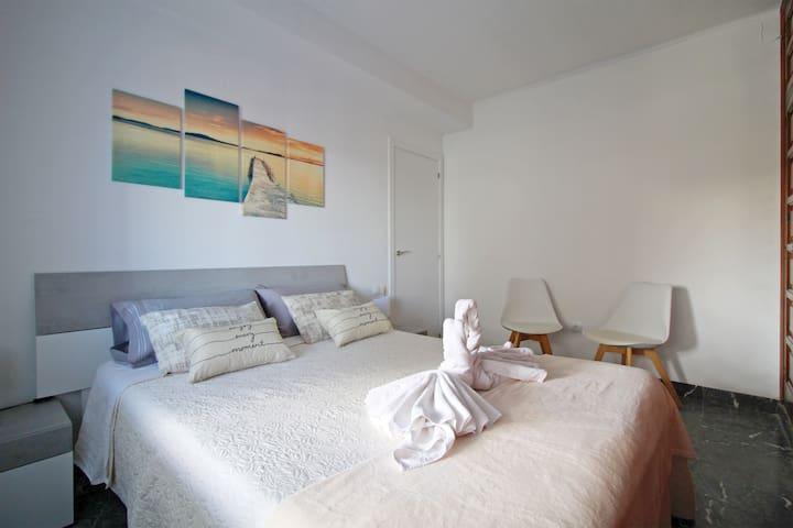 Vista general del dormitorio principal. General view of the main bedroom.