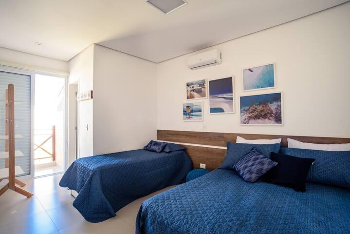 Suite, uma cama de casal e uma bicama, quarto para 4 pessoas, com ar condicionado e cortina roll on