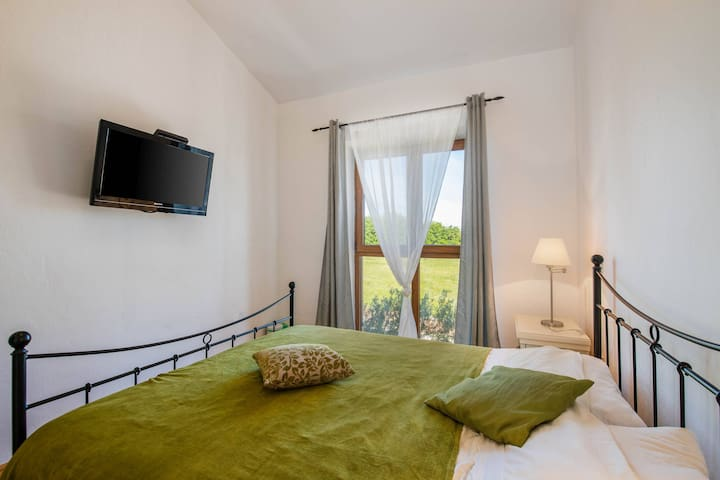 Bedroom 3 with shared balcony - 1st floor / Schlafzimmer 3 mit gemeinsamem Balkon - 1. Etage