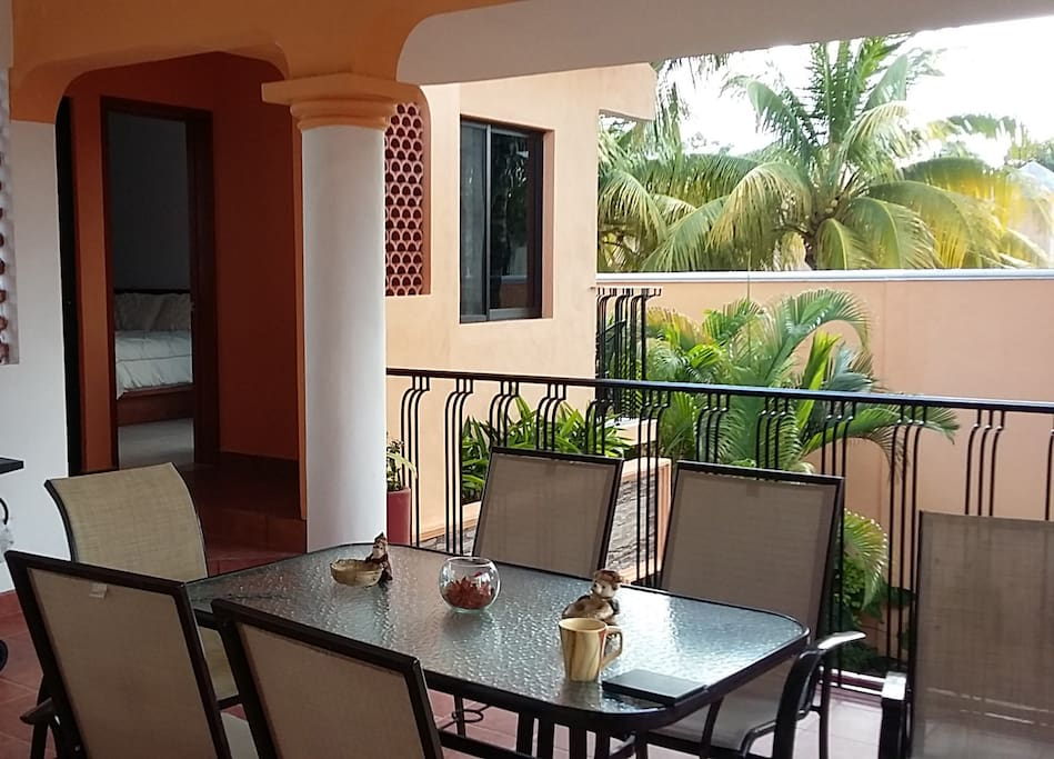Outdoor dining on the 2nd floor terrace