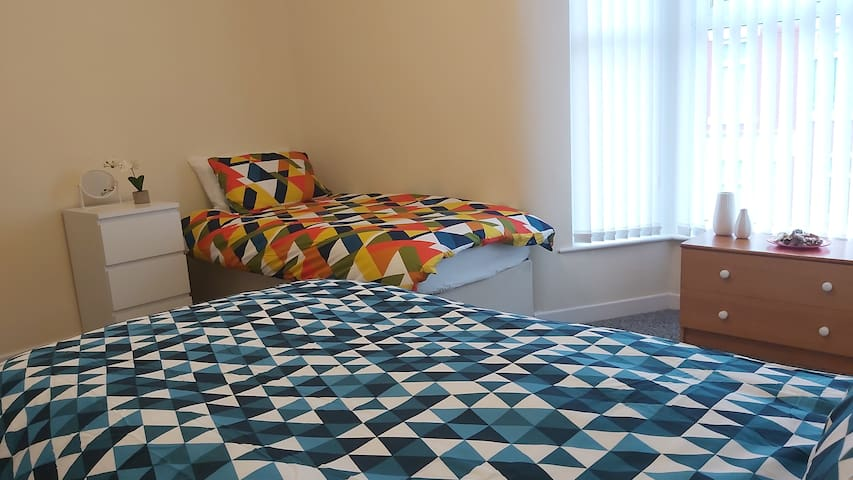 Spacious Room, 2 Single Beds, Sole Use of House.