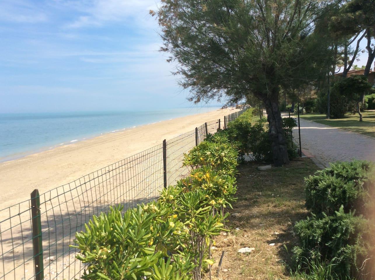 La spiaggia libera  , situata a circa 1500 metri.