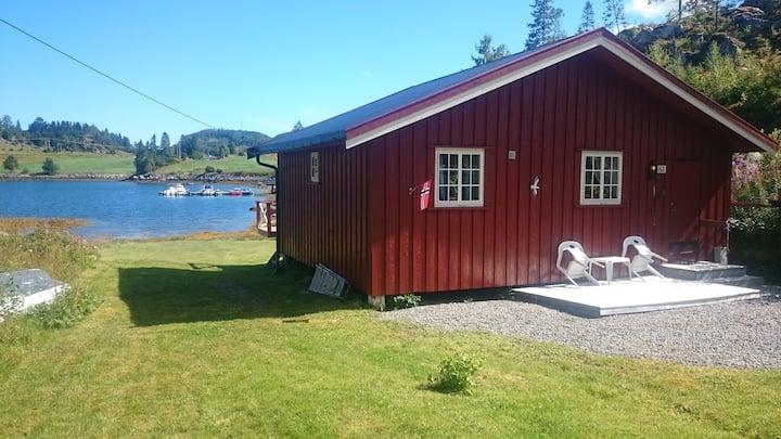 Sjøhus like ved flytebrygge - i Trongsundet.