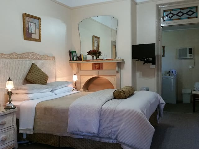 Queen Victoria Suite - Boutique Motel Sefton House