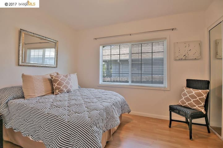 Private room close to Sf, Emeryville