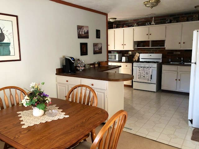Cozy Ranch close to picturesque downtown Geneva
