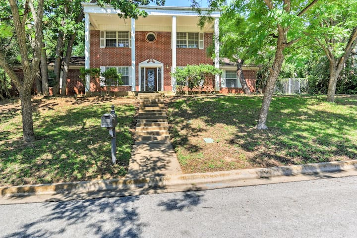 Bedford House w/Backyard - 16 Miles to Fort Worth