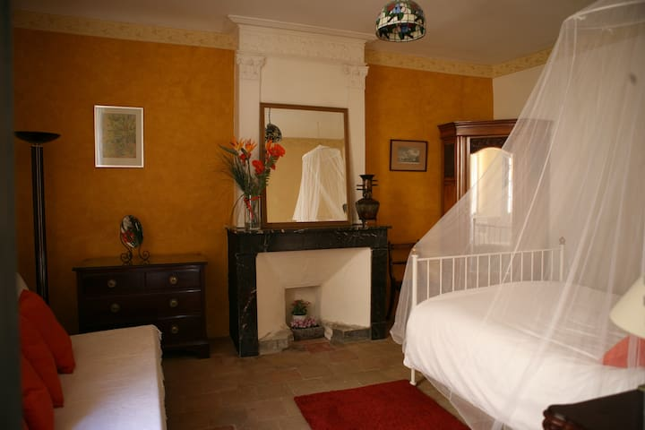 Comfortable room with private bathroom and bathtub - Argelliers - Townhouse