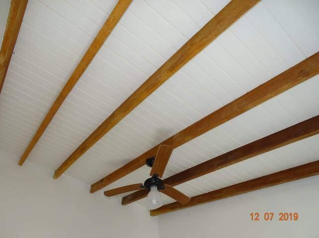 Ventilador de teto em ambos quartos.