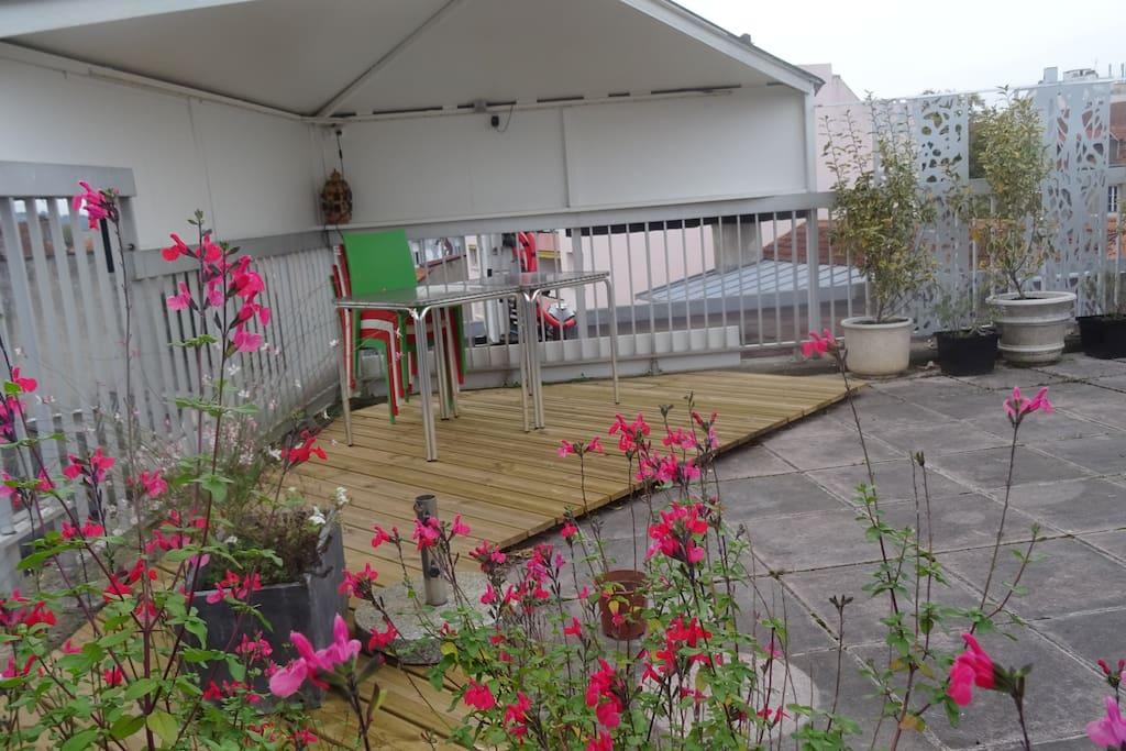 Espace repas couvert sur la terrasse