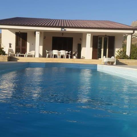 Villa piscine en campagne sicilienne