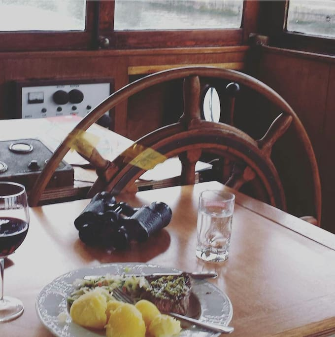 Table in the wheelhouse. Have breakfast with canal and zoo view.