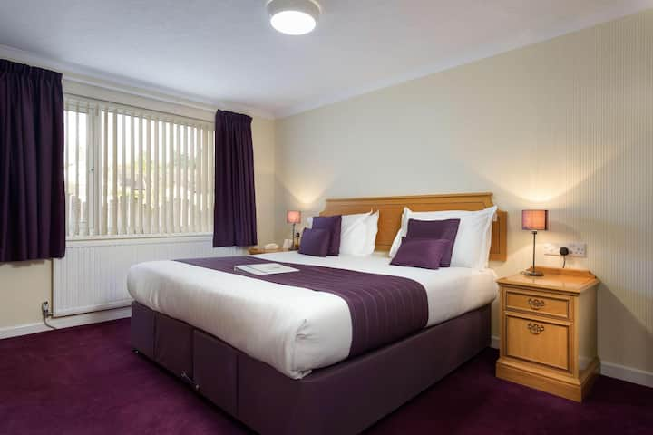 Essential and Business Travel Only: Sunny Double With Double Bed At Cornwall