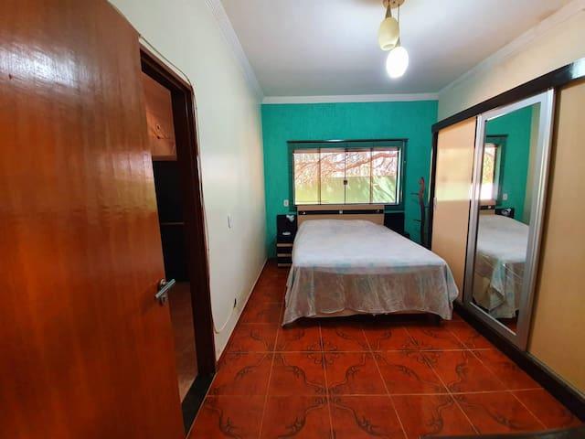 Suite ampla, espaço muito agradável!