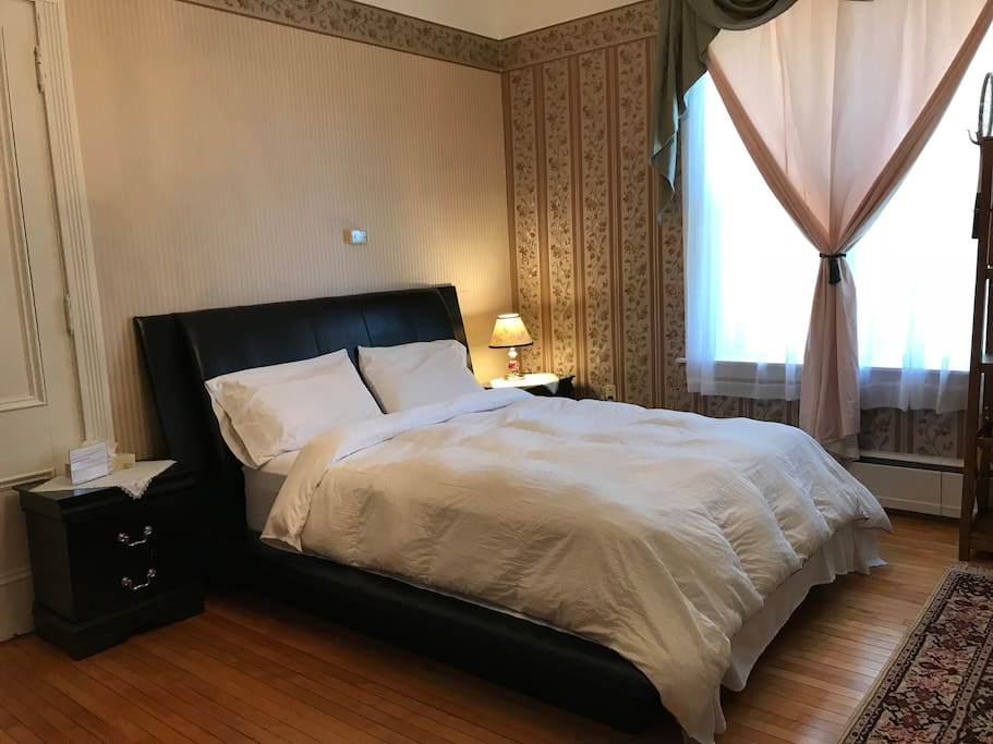 Private bedroom (Room 101)