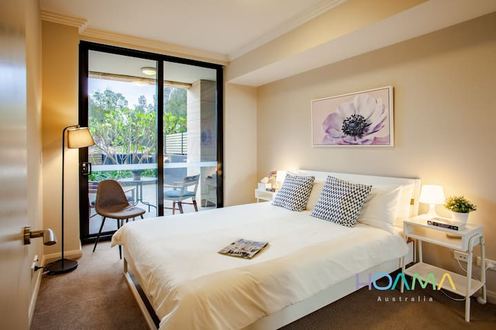 HOAMA - Beautiful Sunny Room with Courtyard