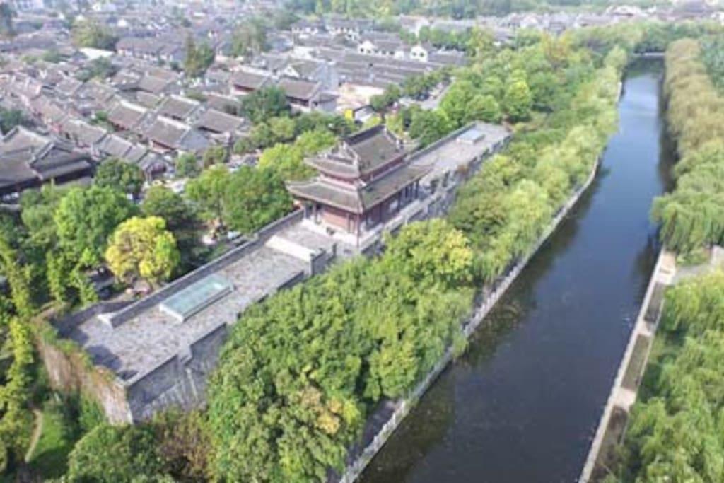 出小屋左巷就是始建于明朝距今480余年的东大街历史文化街,已被评为2016年中国人居环境范例:蓝天白云、青砖黛瓦、石板小巷、休闲小店……来场穿越明清民国的人文之旅。