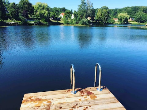 Lovely home, swim in private Lake, close to CPH