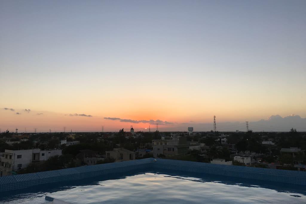 La vista desde la piscina para el atardecer y el amanecer es increíble.