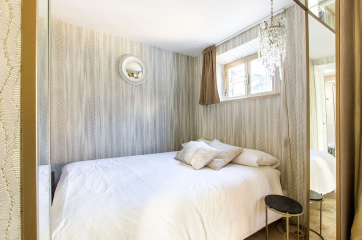 Bedroom with one Full bed