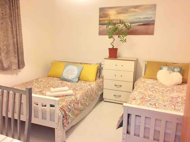 Cosy room- great location, sleeps 3 , metro near