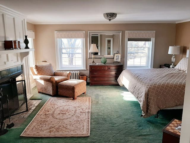 Cromwell Manor Inn - Arcarian Guest Room