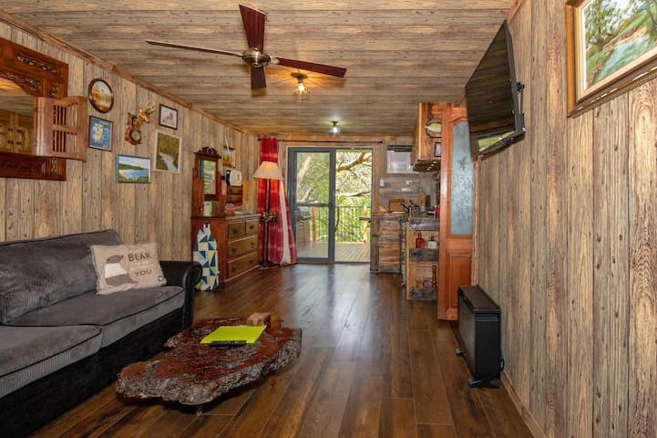 Cosy cabin themed studio +treehouse feel deck