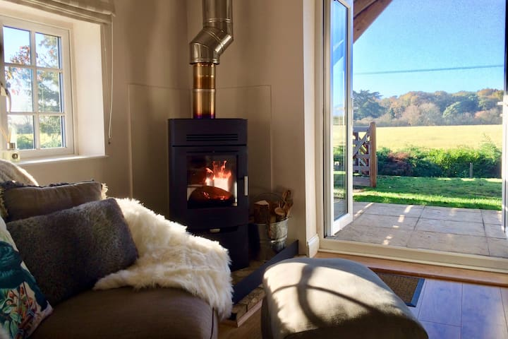 Coastal Escape-dog friendly retreat + wood burner