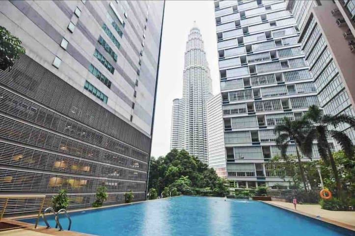 KLCC Modern Style Suite with Balcony (3min walk)
