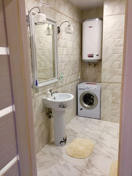 В Геленджике нет горячей воды. Но это не касается наших апартаментов! Боллер на 80 литров позволит принять душ сразу 4м человекам подряд!
