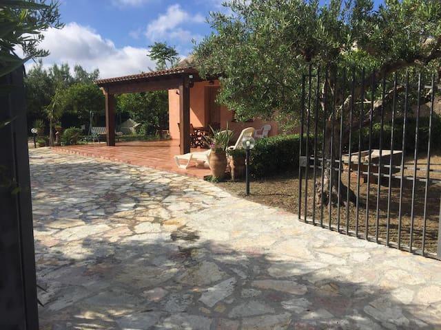 Ingresso cancello con pavimentazione in pietra
