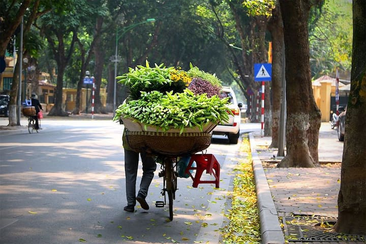 "Weather - two seasons: rainy and dry. The temperature is high and stable all year round. ""Sunny in the morning and rainy in the afternoon¨ is the familiar sentence when people talking about the weather in Ho Chi Minh"
