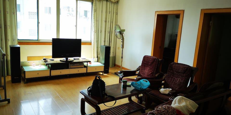 阳光灿烂的三室2厅1卫 90平方 幽静小区住宅