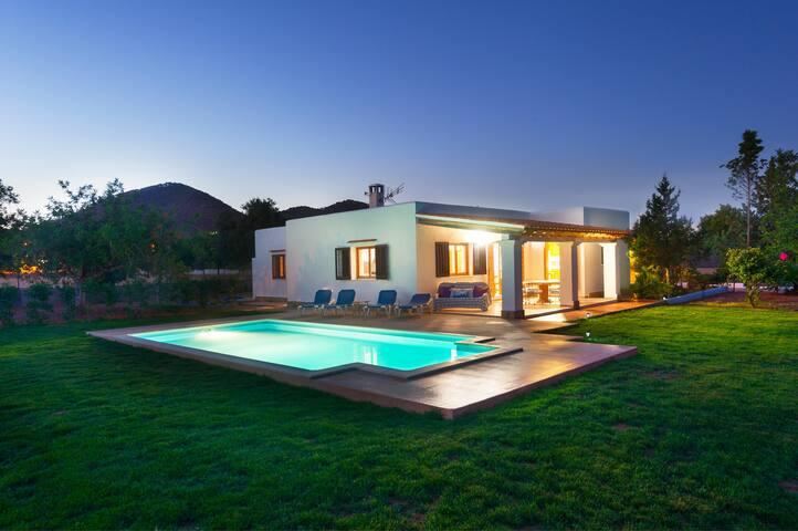 Villa with private pool 4BR,  400€ per day, 50€ pp
