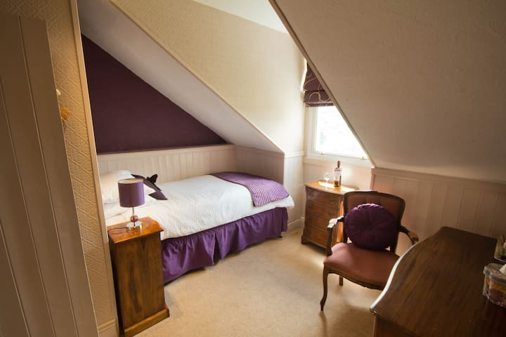 Cosy single room with ensuite shower