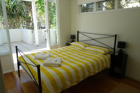Private room with own secure entrance and ensuite. - House