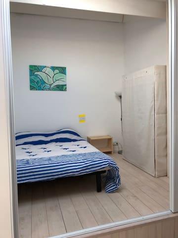 Chambre 1 séparée de la chambre mezzanine par une cloison coulissante modulable