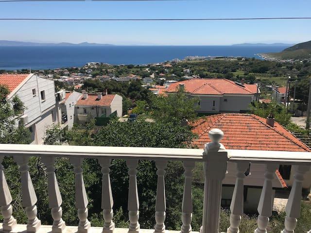 1+1 sea view-terrace Karaburun merkez tüm ev