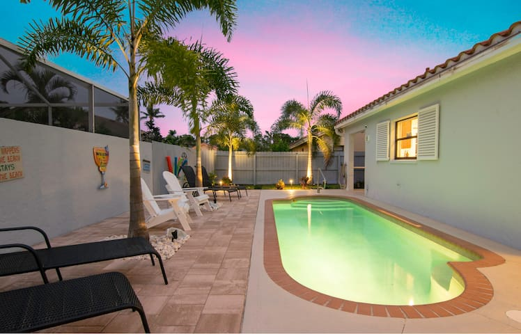 *Awesome! ~Pet Friendly Single Family Heated Pool Home - 3 Miles to the Beach!*