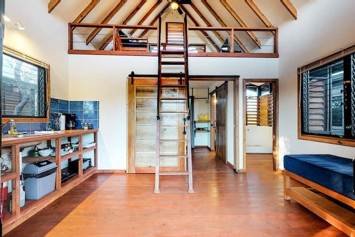 Romantic cabana w/ veranda, hammock, partial AC & WiFi - walk to the beach!